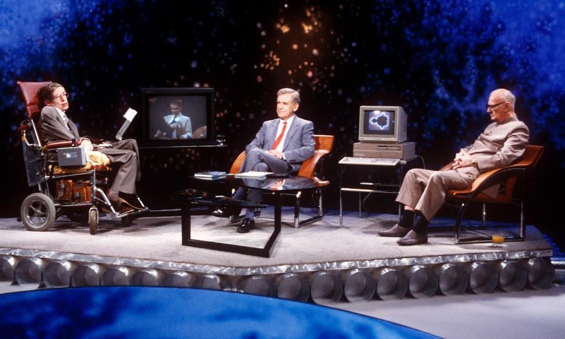 Stephen Hawking, Magnus Magnusson (giữa) và Arthur C Clarke trong chương trình Masters of the Universe của kênh ITV vào năm 1988.