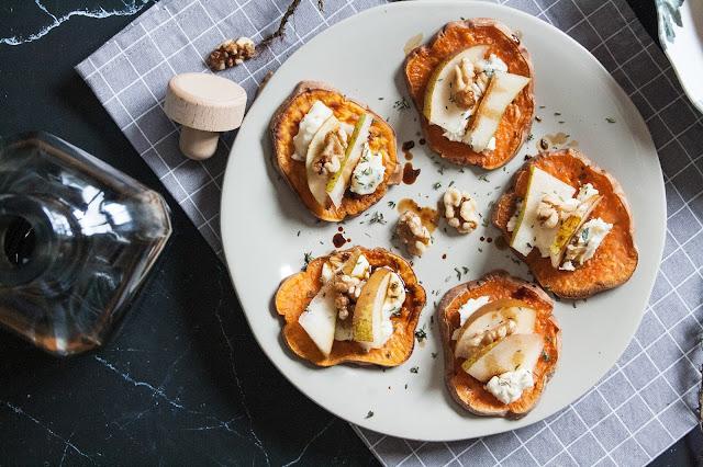 Crostini di patate dolci con formaggio, pere e aceto balsamico