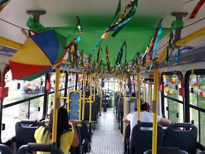Decorado para o carnaval, ônibus anima passageiros do transporte público de Natal