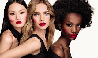 Modelos luciendo los colores de las barras de labios, de Guerlain. Fotografía para la cadena KissKiss.