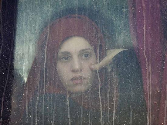 Retrato de una joven mujer desplazada por los conflictos bélicos en Mosul