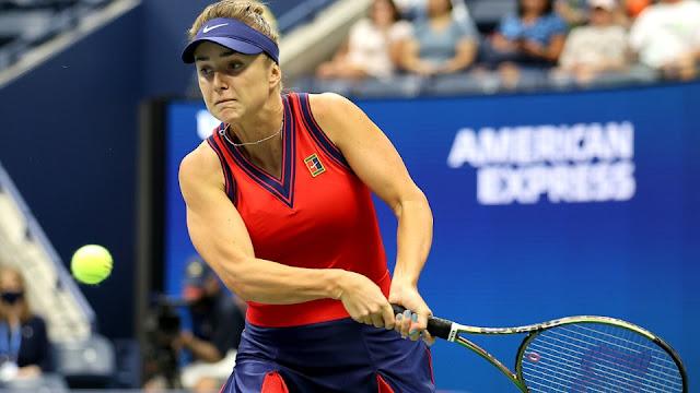 Elina Svitolina devolvendo uma bola durante a partida contra Simona Halep no US Open