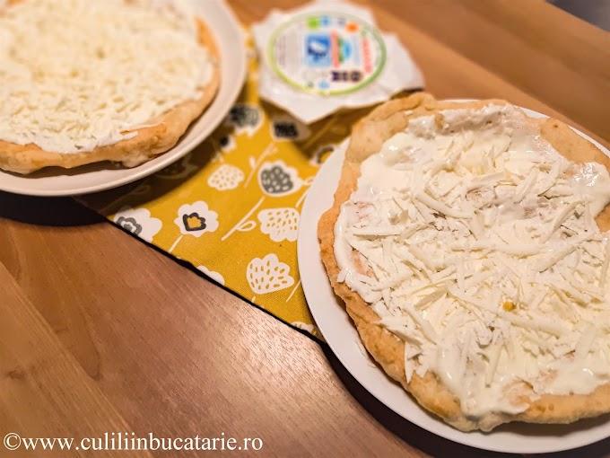 Langoșe cu brânză, smântână și usturoi