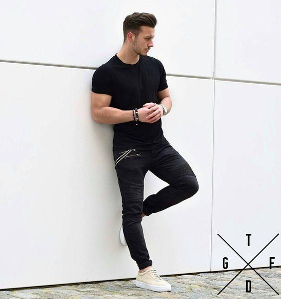 Look Masculino Básico com Camiseta Preta Básica