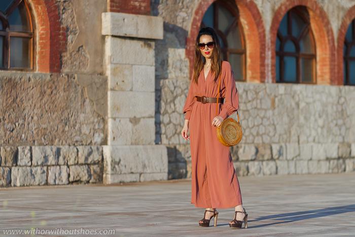 Ideas de blogger influencer para vestir en fiesta boda bautizo celebraciones look con estilo chic elegante con mono rosa de zara y sandalias con plataforma