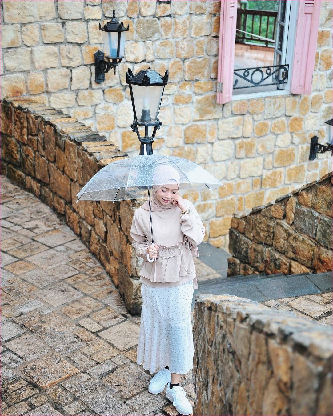 Outfit Rok Untuk Hijabers Ala Selebgram 2018 rok polkadot A-line kets sneakers putih kaos kaki hitam hijab pashmina diamond blouse tunic krem payung transparan jam tangan ootd trendy