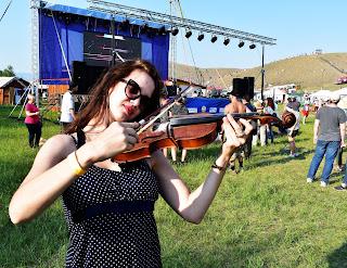 Девушка со скрипкой перед малой сценой фестиваля Голос кочевников