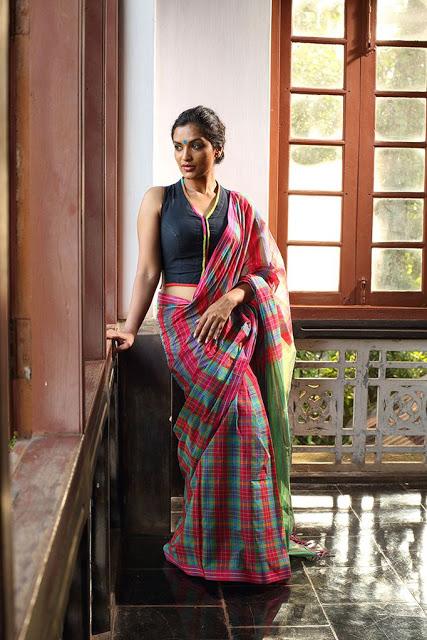 http://indian-filmy-actress.blogspot.com/2018/04/desi-girls-hot-backless-blouse-design.html