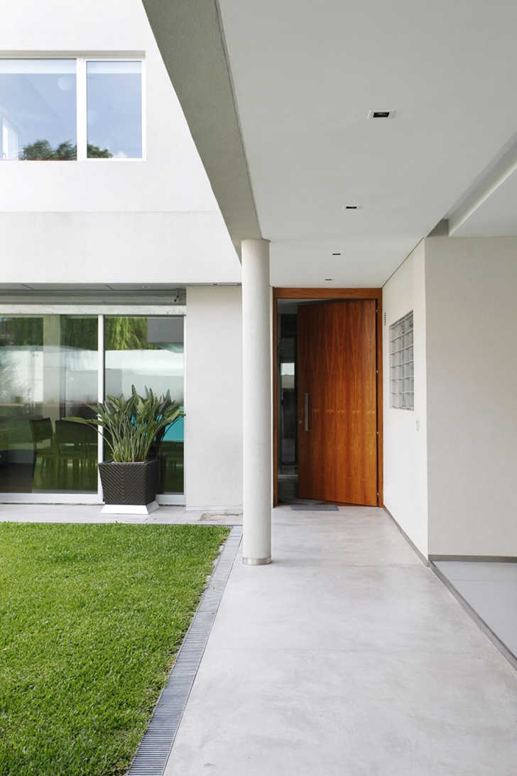 Backyard entrance to Modern Villa Devoto by Andres Remy Architects
