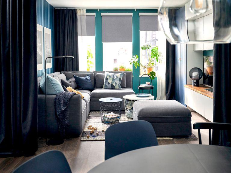Novedades catálogo Ikea 2020 salón The Lab Home Estados Unidos USA sofá gris y cojines azules