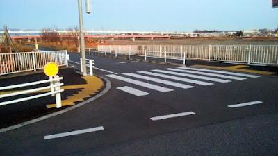 向かって左側道路