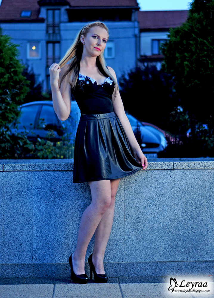 Body czarne z koronkowymi wstawkami, czarna skórzana spódnica, lakierowane czarne szpilki
