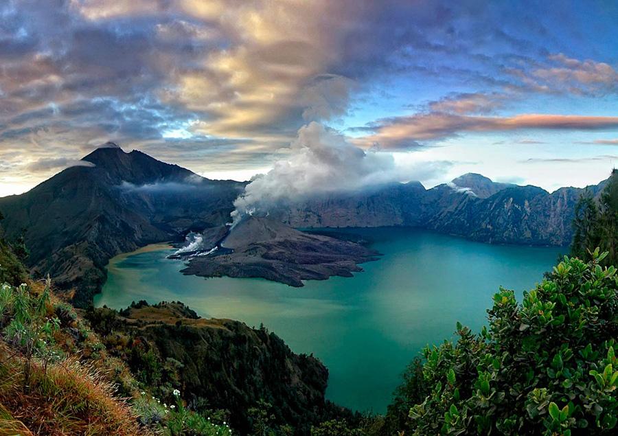 Gunung Rinjani yang terlihat dari Plawangan Senaru ketinggian 2641 meter dari permukaan laut