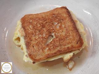 Sandwich cald preparare cu omleta reteta rapida pentru mic dejun sau pranz cu oua paine castraveti murati carnati de porc picanti si branza cheddar prajite la tigaie retete culinare mancaruri de casa stradale rapide mancare omelette impaturita sau impachetata,