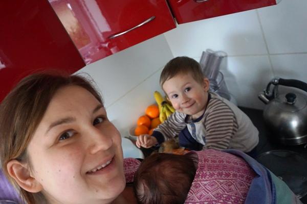 gotowanie obiadu z dziećmi w chuście