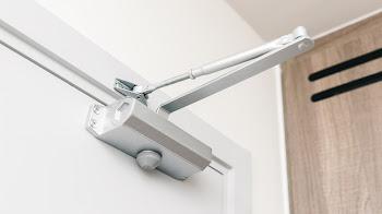Beneficios de instalar un cierrapuertas en tu hogar