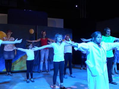 Die Kinderthetergruppe von Best of Theater probt auf der Bühne
