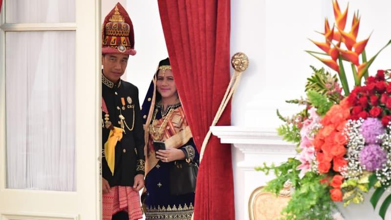 Jokowi dan Iriana dengan Pakaian Adat Aceh di Istana Merdeka, Jakarta, Jumat (17/8/18). (Foto: Biro Pers Setpres)