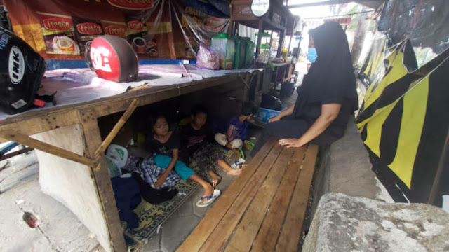 Kisah Pilu Suami Istri dan 8 Anak Tinggal di Warung karena Tak Mampu Bayar Kos