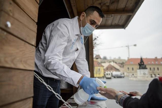 Önkéntesek fertőtlenítik a járókelők kezét Egerben, Szécsi Zoltán olimpikon is köztük van