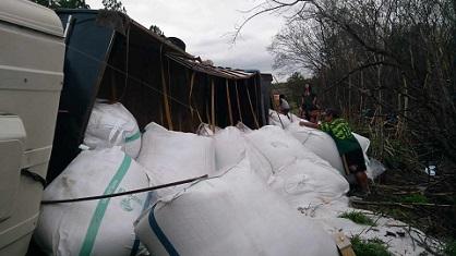 Carreta tomba na BR-277, em Nova Laranjeiras - PR e carga de uréia é saqueada