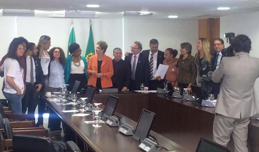 Dilma assina decreto que permite usar o nome social no serviço público