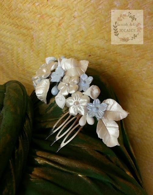 tocado de novia realizado en porcelana fría a mano en colores azul y blanco