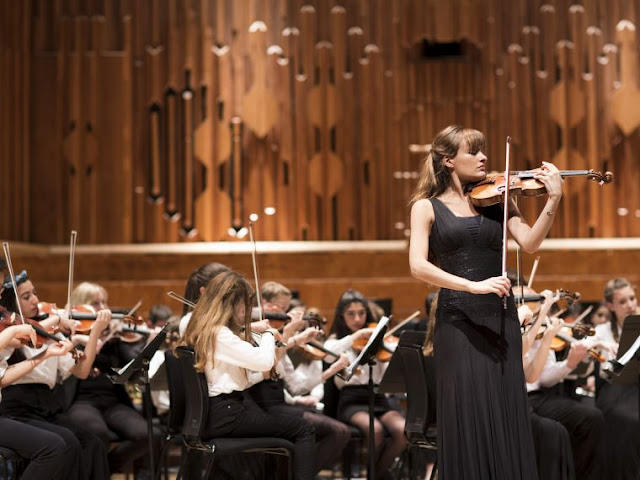 MiSST students performing with Nicola Benedetti at the Barbican