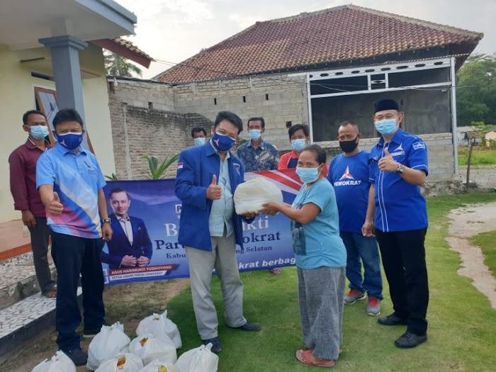 Jenggis Khan Dampingi Ketua DPC PAN Lamsel Bagikan Sembako