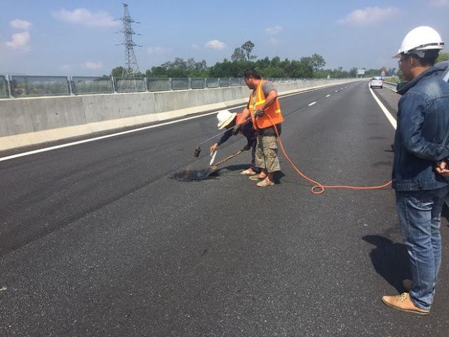 Công nhân sửa chữa hư hỏng trên tuyến cao tốc Đà Nẵng – Quảng Ngãi