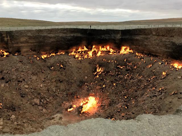 トルクメニスタンのカラクム砂漠にあるダルヴァザ村の近くで1971年から延々と燃えつづけているガスクレーター、通称「地獄の門」(Door to Hell)