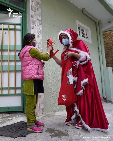 Iraklı bir kadın çocuklara Yeni Yıl hediyeleri dağıtıyor.    Noel Baba kılığına giren Iraklı bir kadın, çocuklarla tanışmak için tarihi Musul kentindeki evlere gider.     Irak güçleri 2017'de Musul'u kendisine İslam Devleti adını veren aşırılık yanlısı bir gruptan geri aldı.     Tarihi kentte hâlâ çatışma izleri var.