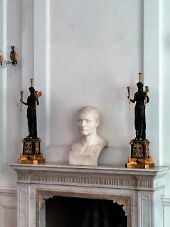 Kominek z popiersiem Napoleona? w Pałacu w Walewicach-2015