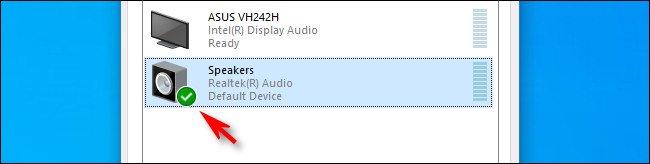 في نظام التشغيل Windows 10 ، تشير علامة الاختيار الخضراء بجانب رمز السماعات إلى أنه الجهاز الافتراضي.