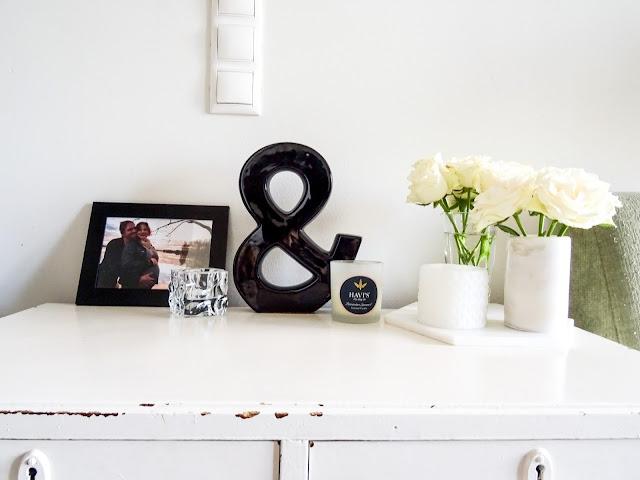 Epäsuositut mielipiteet, 50 luvun lipasto, Hemtex, marmori alunen, marmorimaljakko, valkoisia ruusuja
