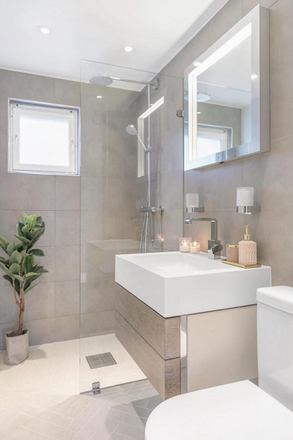 banheiro sob medida em cores claras e amadeirado