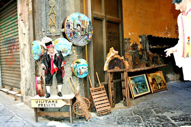 Spaccanapoli, Napoli, statua, quadri, esposizione, strada