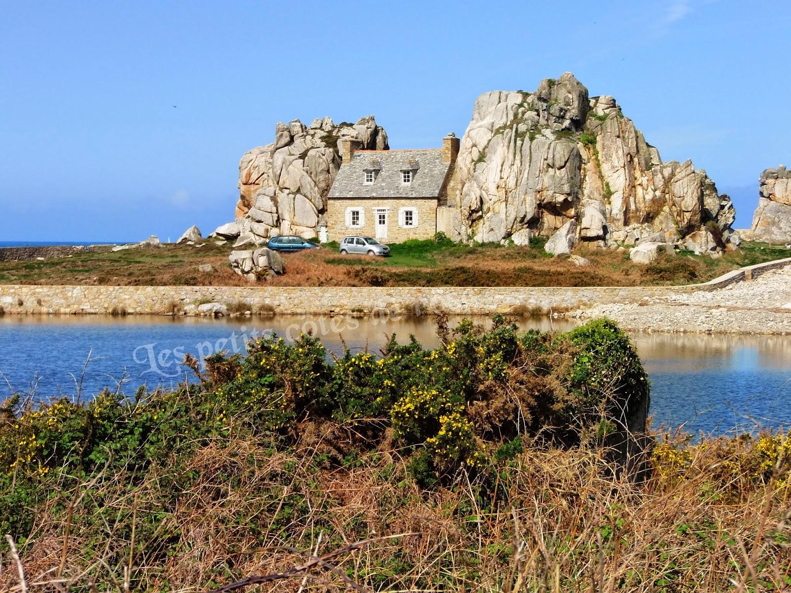 Les petits c t s de rose c te d 39 armor castel meur - Maison entre deux rochers ...