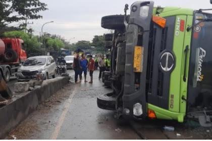 Naik pembatas jalan ,truk box tronton terguling di Pantura tuban