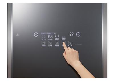 mặt trước của LG Styler S5GFO là một màn hình điều khiển dạng LED ấn tượng