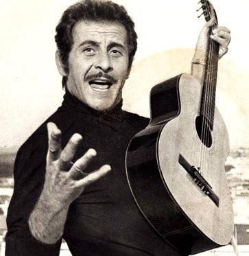 Foto de Domenico Modugno cantando con su guitarra