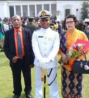 Alex Tiris saat menemani anaknya di Akademi Angkatan Laut (Facebook )