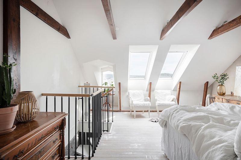 Dormitorio en la buhardilla de estilo nórdico clásico