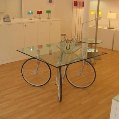 roda sepeda  jadi meja yang elegan dan unik