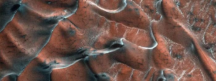agua congelada em dunas de areia em marte