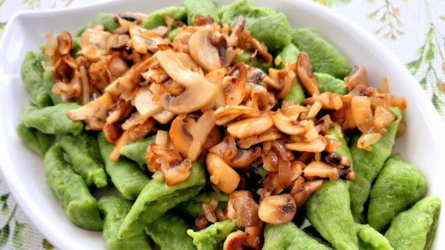 Zielone kluski ze szpinakiem ,serem i pieczarkami - Czytaj więcej »