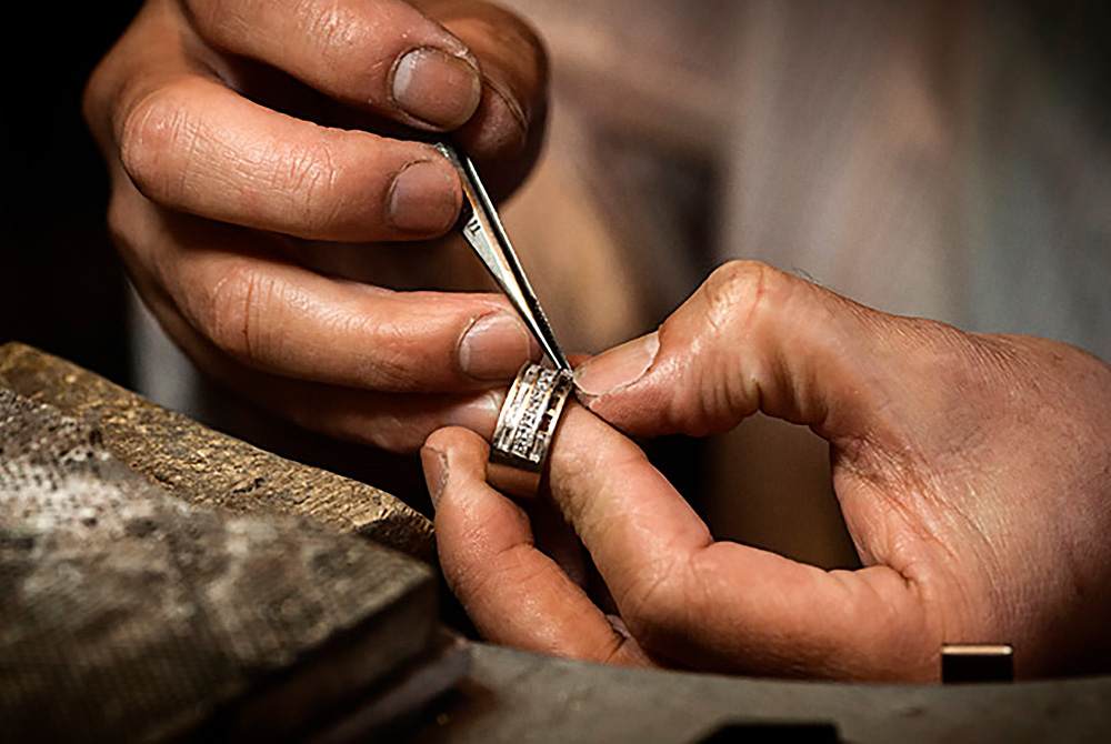 Ourives é um substantivo de duplo gênero e número e que significa aquele que faz, executa ou vende objetos de ouro e prata. O ourives pode ser considerado um artista, quando atua como um artesão, manipulando o ouro ou a prata e criando joias delicadas e com um valor não apenas monetário, mas também artístico.
