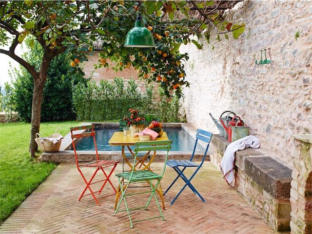muebles de colores en jardin chicanddeco
