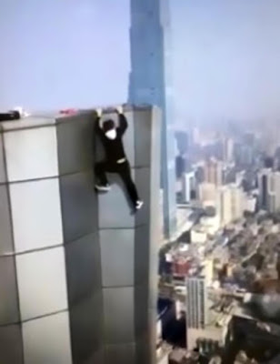 A Chinese adventurer Wu Yongning, dies while taking a picture from the 62nd floor