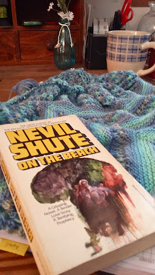 Reading On the Beach while knitting Reyna shawl & sharing on Yarn Along